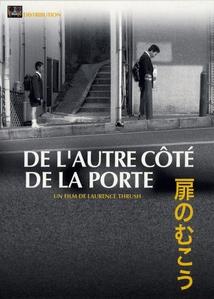 DE L'AUTRE CÔTÉ DE LA PORTE