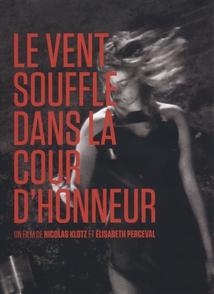LE VENT SOUFFLE DANS LA COURT D'HONNEUR