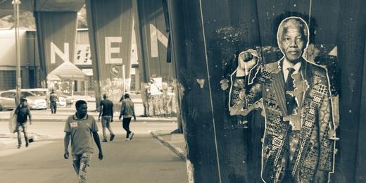 Street scene in Johannesburg with Nelson Mandela poster, une photo de Gregory Fullard (via Unsplash)