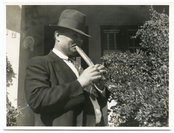 Homme croate jouant la flûte dvorgrle