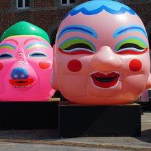 Benoît + Bo - Happy Heads dans la cour du musée - Musée international du carnaval et du masque (Binche)