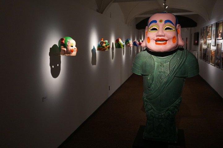 Benoît + Bo - masque sur le buste de Charles Quint - Musée international du carnaval et du masque (Binche)