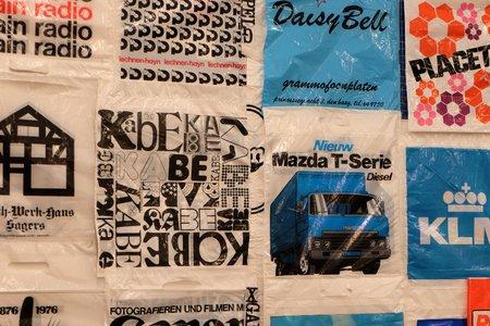 sacs plastiques de Bob Lens à la Fondation Verbeke
