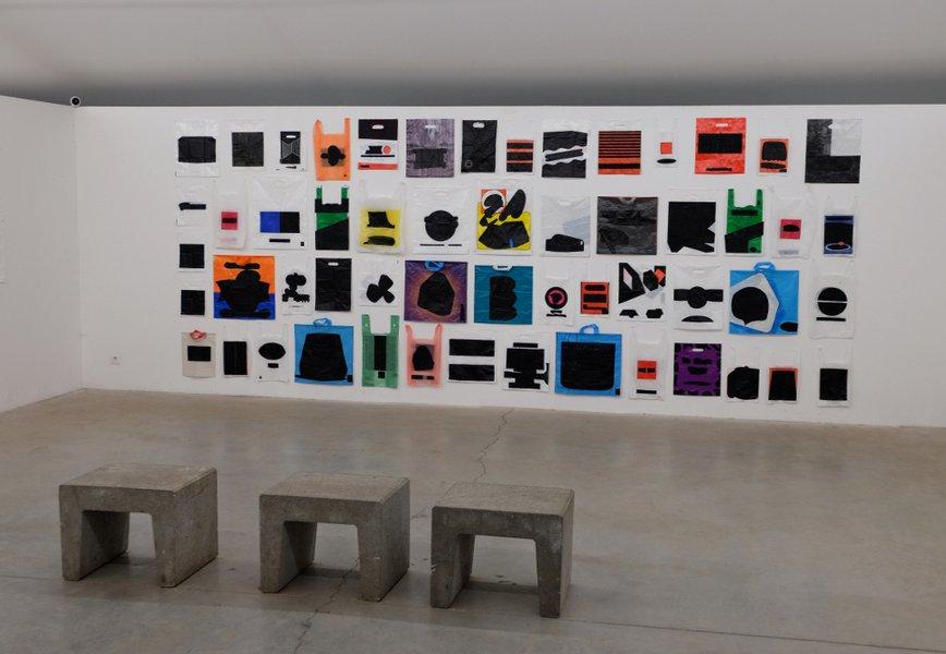 sacs plastiques de Bob Lens aux cimaises de la Fondation Verbeke