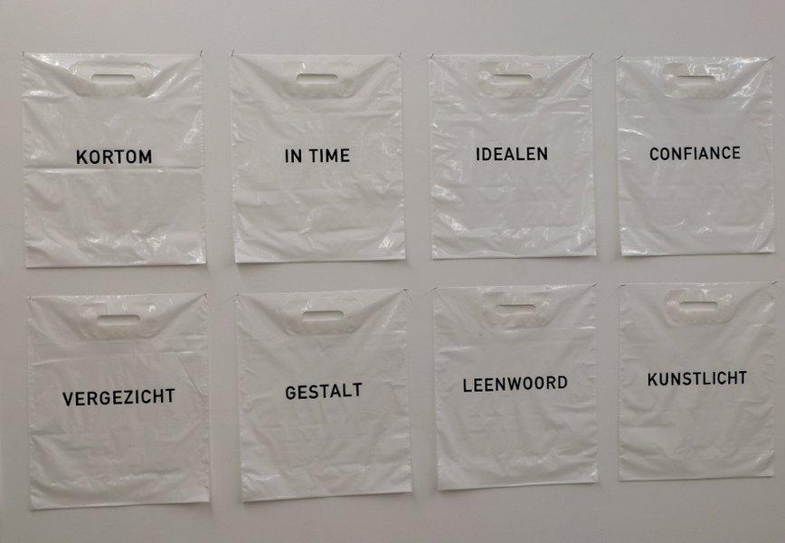 sacs plastiques de Bob Lens aux cimaises de la Fondation Verbeke 2