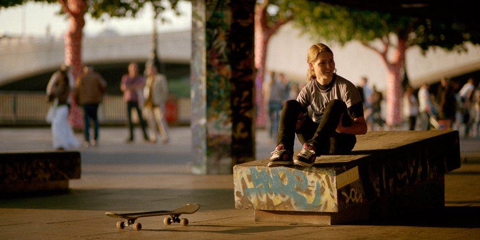 Carolyne Dynibil photographiée par Jenna Selby devant le Southbank