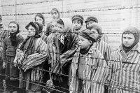Jeunes survivants du camp d'Auschwitz à sa libération - janvier 1945 - photo domaine public