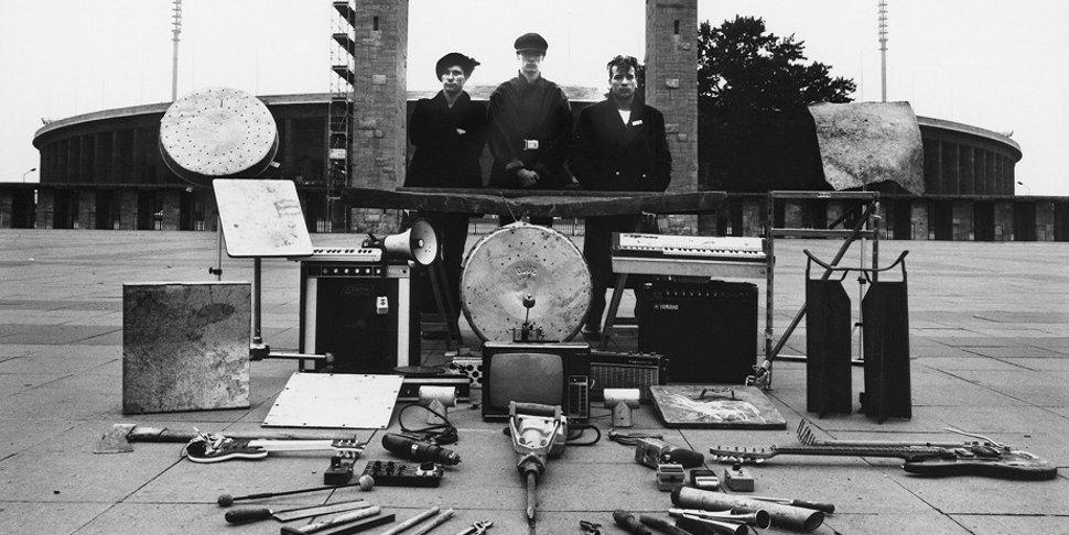 Einstürzende Neubauten devant le stade olympique de Berlin