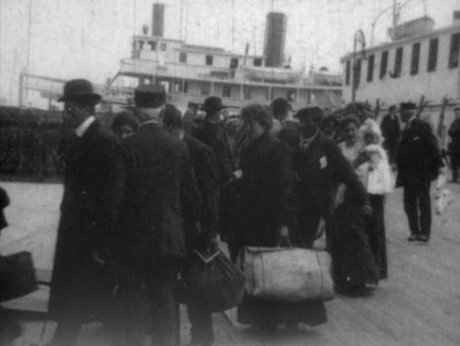 Ellis Island 1906 - débarquement d'immigrés siciliens 4 (TH6295) b.jpg
