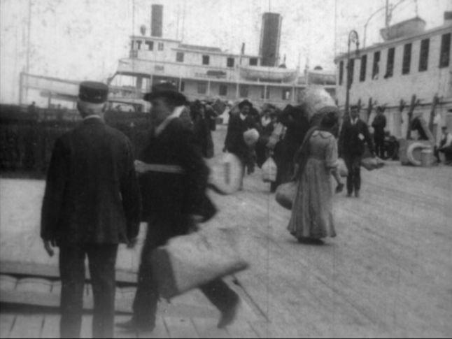 Ellis Island 1906 - débarquement d'un musicien sicilien 2 (TH6295).jpg
