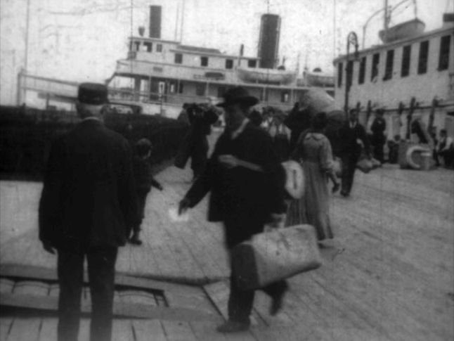 Ellis Island 1906 - débarquement d'un musicien sicilien (TH6295) b.jpg