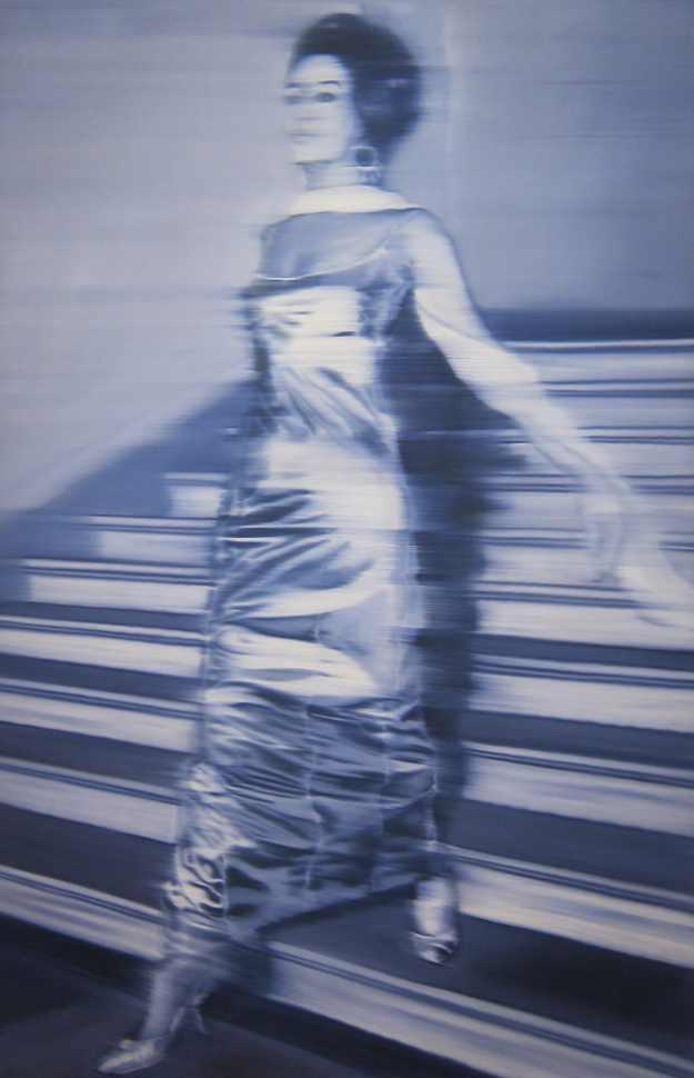 Femme descendant un escalier