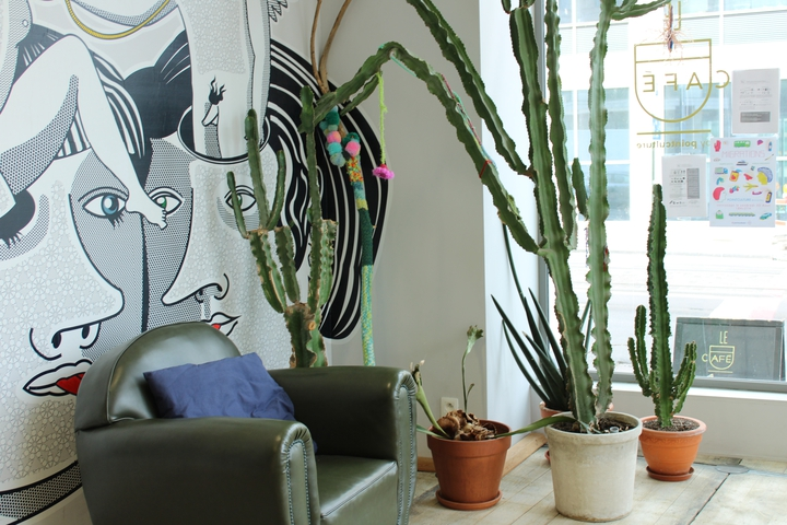 """photo PCB """"Le Café"""" fauteuil, plantes et dessin"""