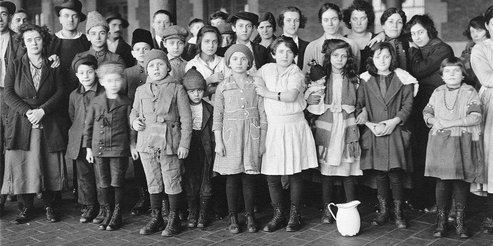 Immigrant Children Ellis Island - photo : Brown Brothers- public domain