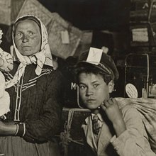 Immigrant Family in the Baggage Room of Ellis Island - Lewis HINE - 1905 - public domain - bandeau.jpg