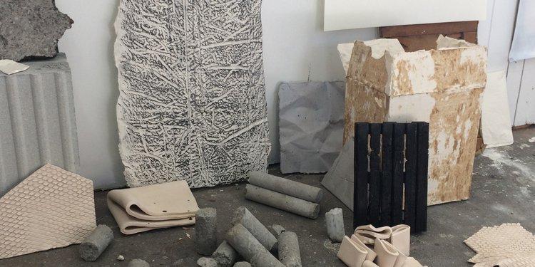 Jacques Di Piazza, vue d'atelier, expérimentations sur plâtres, béton, céramique,... différents formats