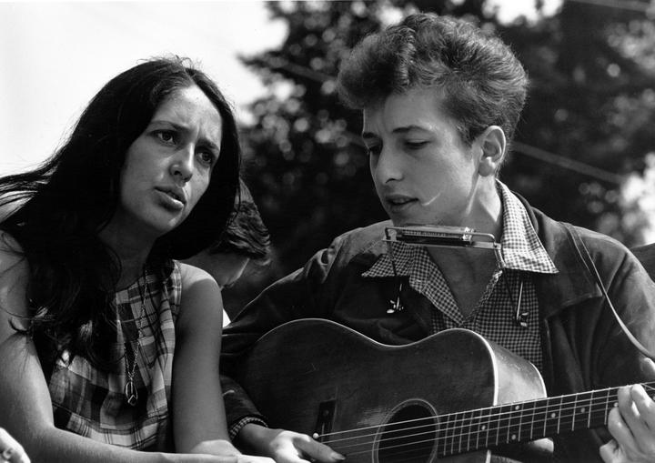 Joan Baez et Bob Dylan à la marche pour des droits civiques à Washington, le 18/08/1963, une photo de Rowland Scherman