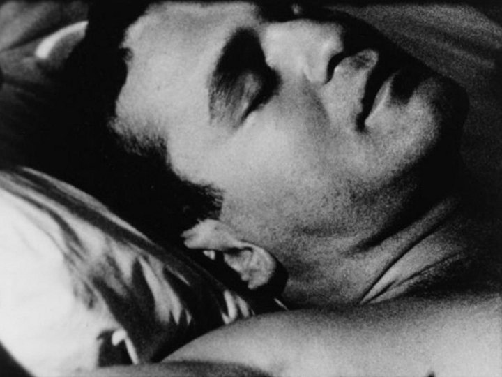 John Giorno dans le film Sleep d'Andy Warhol