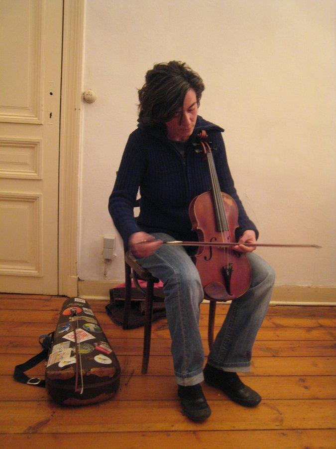Julia Eckhardt en concert à l'Arrière-maison, Saint-Gilles 2009 - photo fabonthemoon