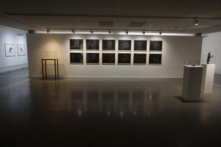 """Kiki Smith au Centre de la gravure - vue d'ensemble avec """"Mortal"""""""