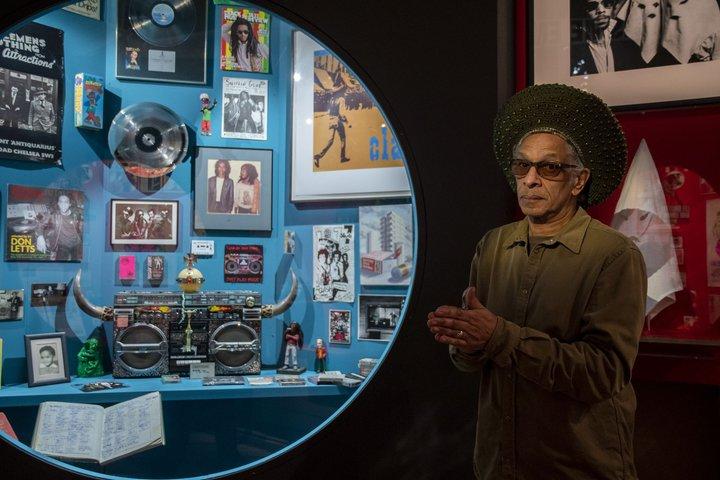 L'artiste Don Letts dans l'exposition © Palais de la Porte Dorée Photo Anne Volery 5.jpg