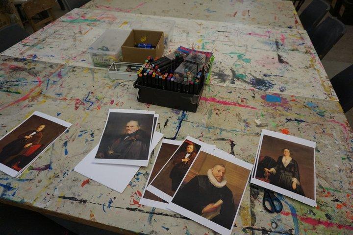 Maison de la culture d'Ath - exposition François Liénard - table de l'atelier avec les enfants