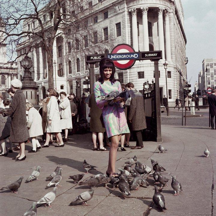 Marie Hallowi modèle de couverture de Drum à Trafalgar square Londres 1966 James Barnor.jpg
