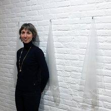 """Melanie Coisne devant le travail de recherche de Flore Fockedey (expo """"R19"""")"""
