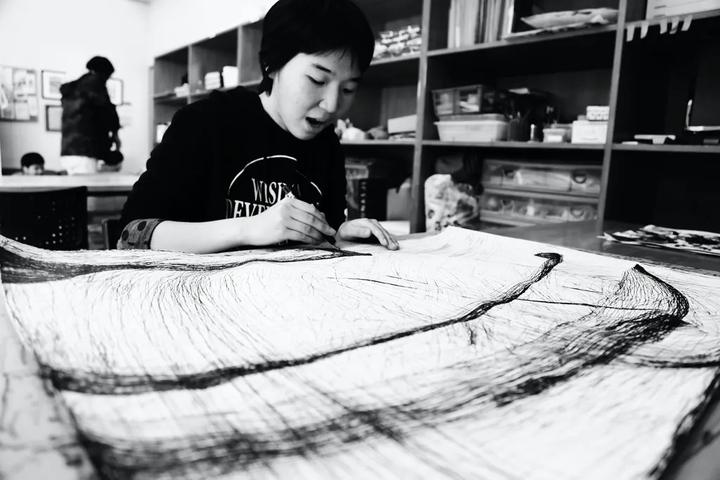 Momoko Nakagawa au travail - photo via galerie Christian Berst