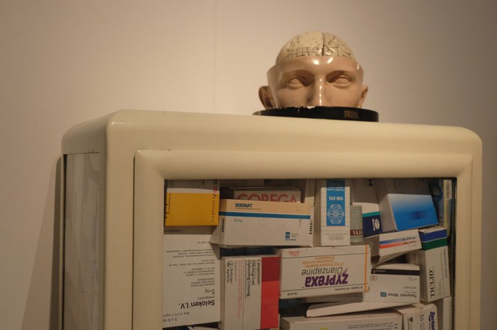 """Musée Dr. Guislain - """"une armoire vitrée bourrée à craquer de boites de médicaments"""""""