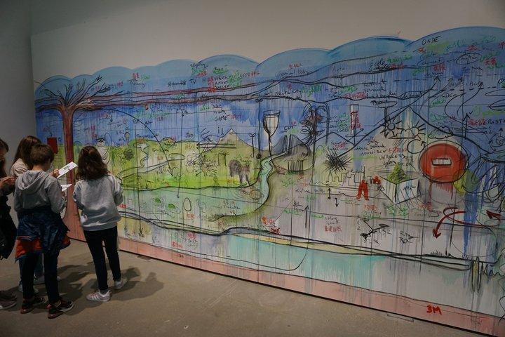 """exposition """"Nous les arbres"""" - une classe devant une oeuvre de Fabrice Hyber"""
