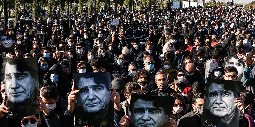 People_gather_in_Tomb_of_Ferdowsi