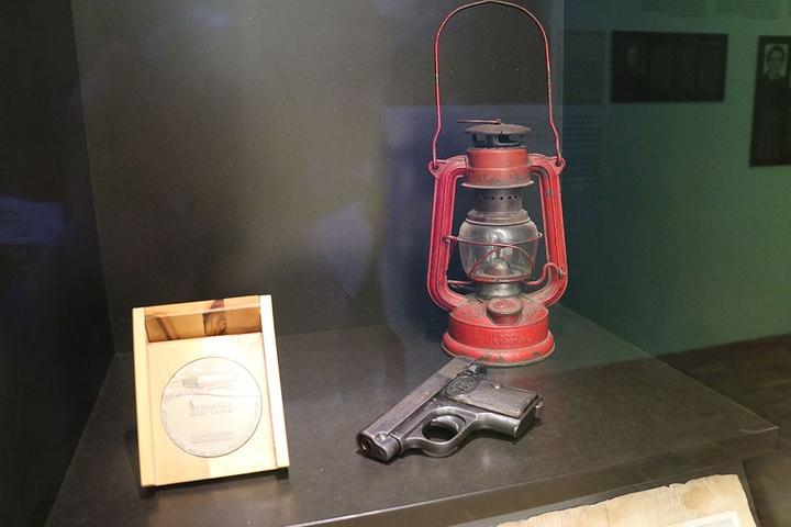 Revolver_et_lanterne de l'attaque du XXe convoi