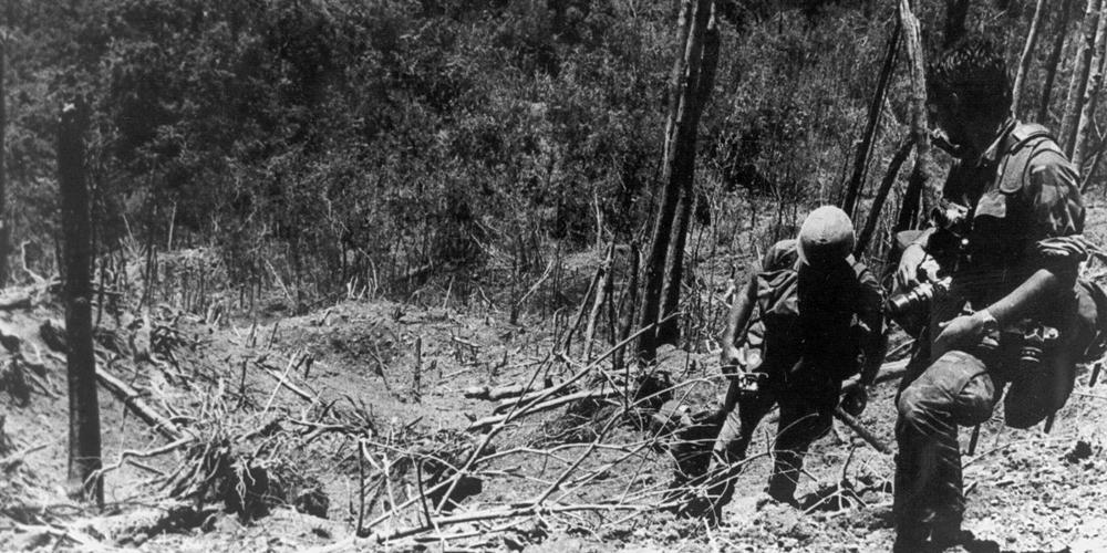 Les soldats de la 101e Division Aéroportée grimpent sur Hamburger Hill après la bataille en mai 1969