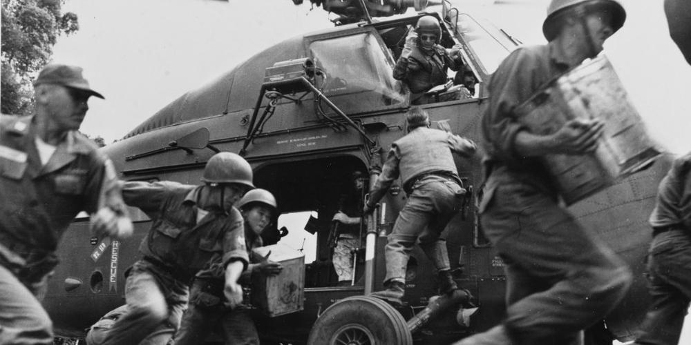 L'ARVN décharge de l'approvisionnement d'un hélicoptère des Marines américains, 1964