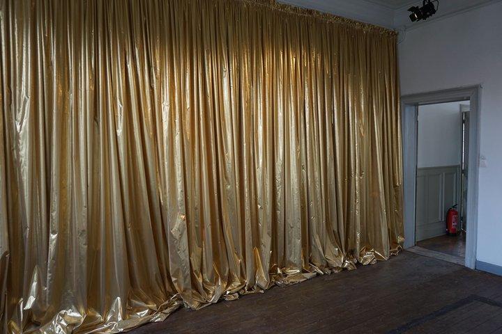 """exposition """"Us"""" - Myriam Hornard : Grand rideau doré"""