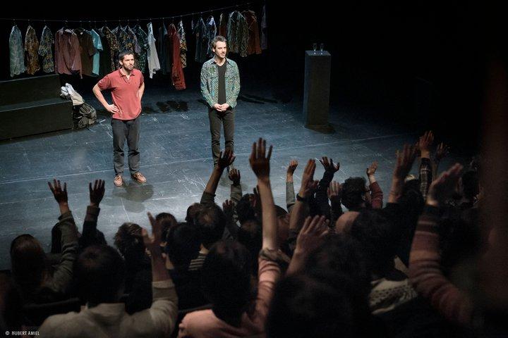 """conférence gesticulée """"À nos choix"""" - Thomas Prédour & Olivier Vermeulen - (c) photo Hubert Amiel"""