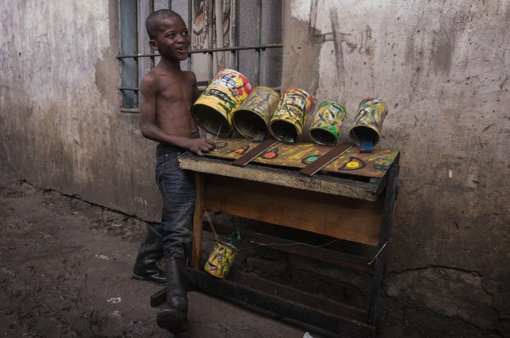 Un enfant de Kinshasa et son instrument - photo: Renaud Barret