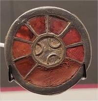 """""""Le Monde de Clovis"""" (Musée de Mariemont) : fibule avec grenats"""