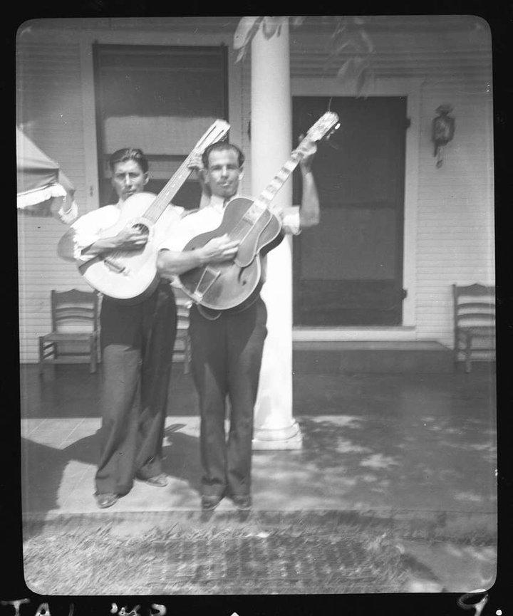 Lolo Mendoza et Chico Real, guitaristes d'origine mexicaine aux Etats-Unis