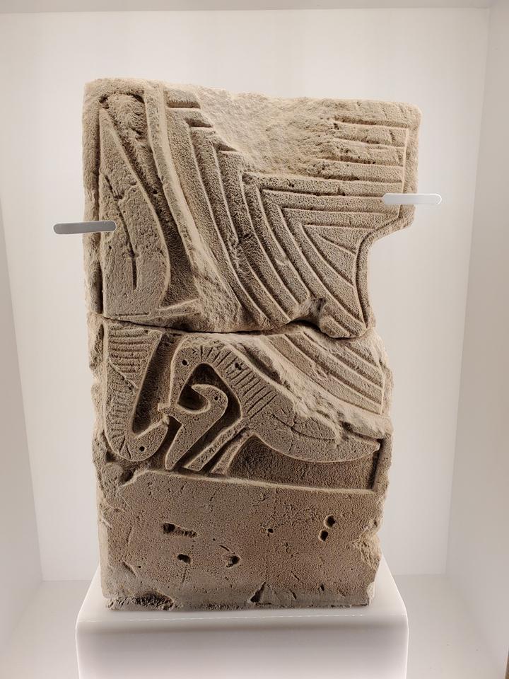 """""""Le Monde de Clovis"""" (Musée de Mariemont) : pierre votive mérovingienne"""