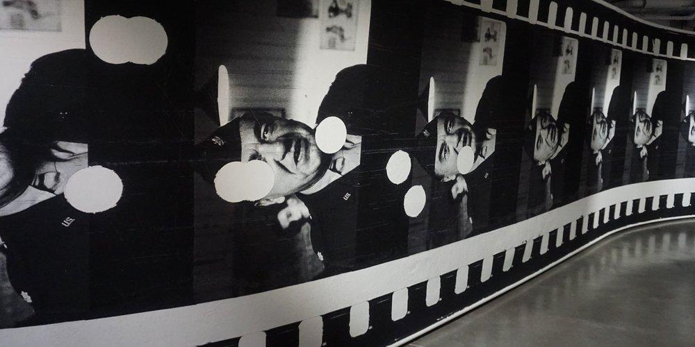 tapisserie pellicule perforée 1 - Simon Starling - Le Plateau (Paris)