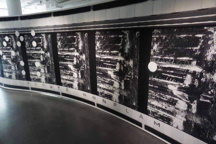 tapisserie pellicule perforée 2 - Simon Starling - Le Plateau (Paris)